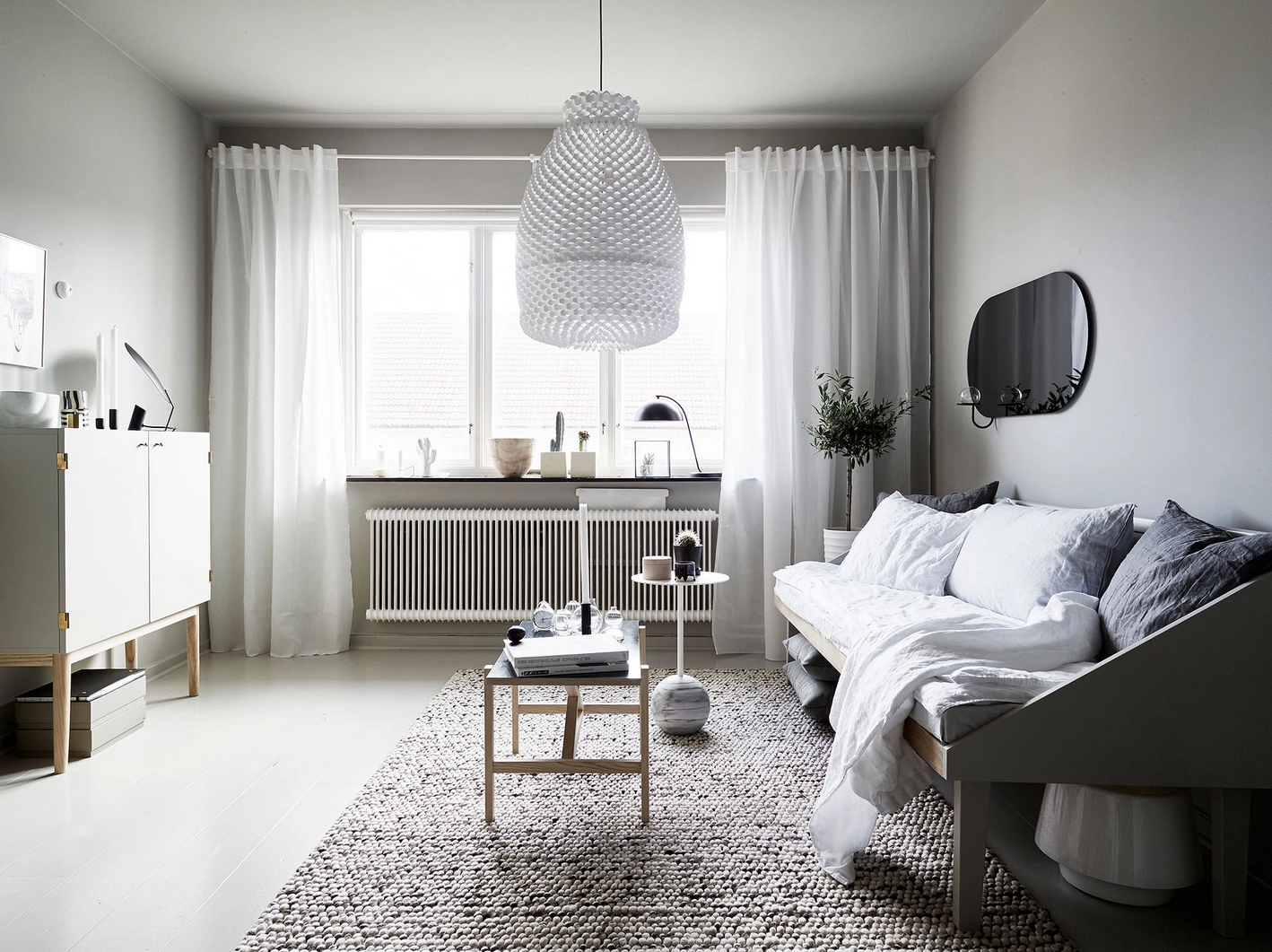 10 small space tips to try from this gorgeous studio apartment rue - Deco kleine studio ...