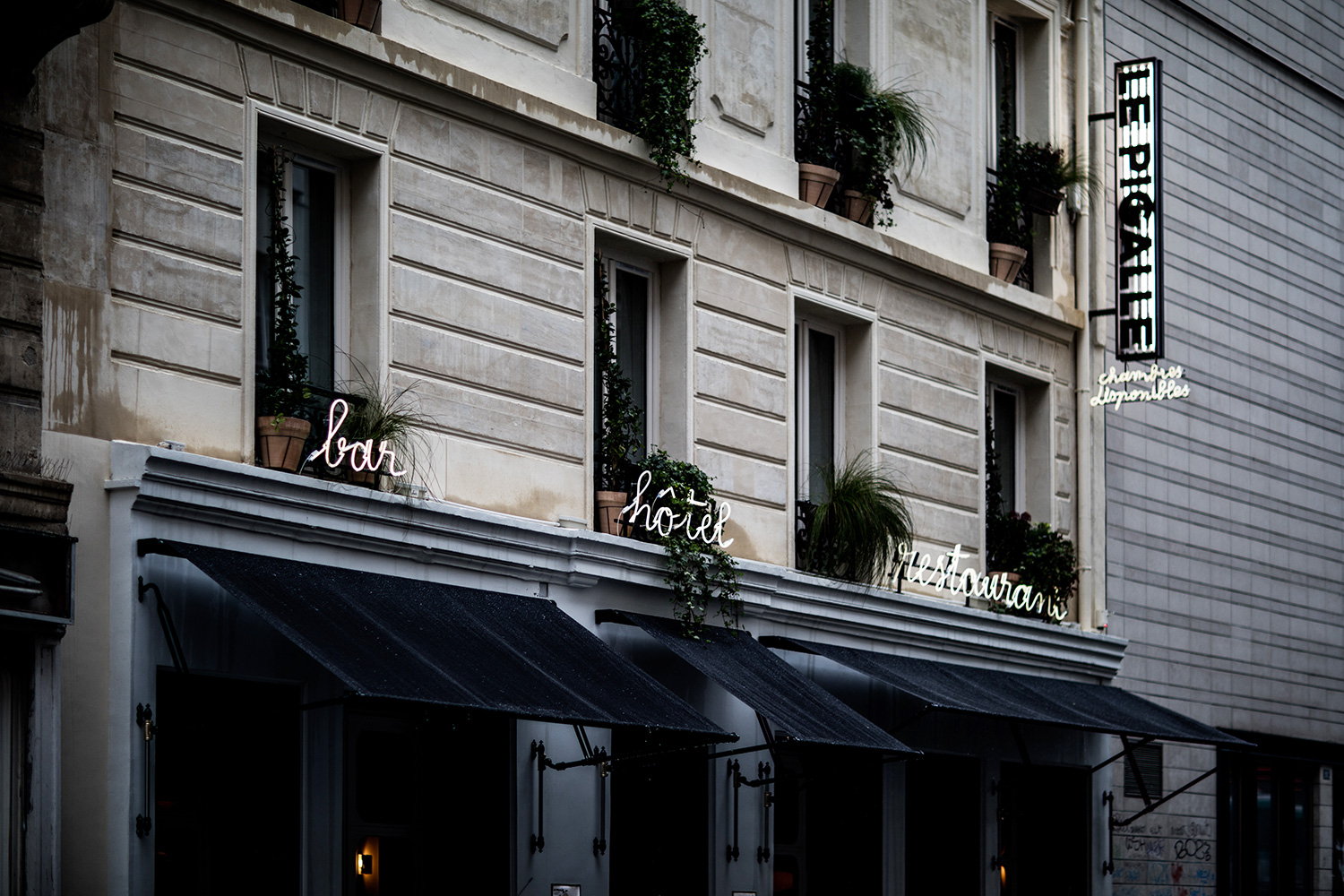 stay in the insider s paris at le pigalle rue. Black Bedroom Furniture Sets. Home Design Ideas