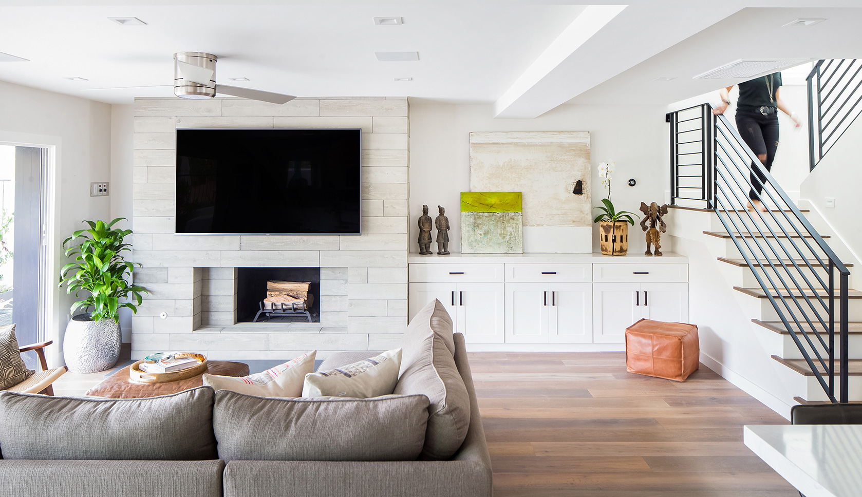 Relaxed living in newport beach california rue for Main living room designs